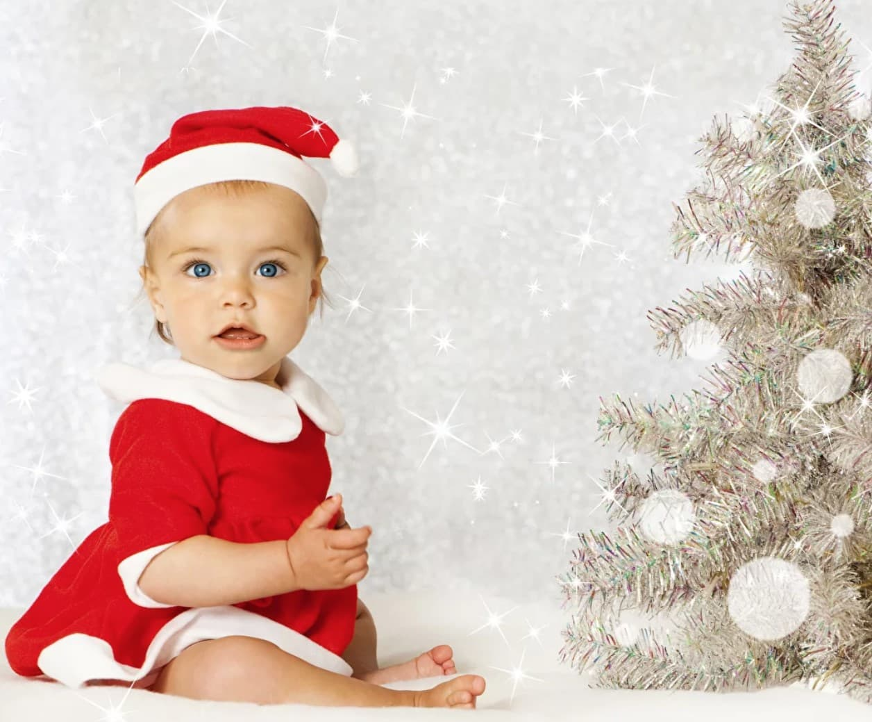 Малыш у праздничной елки